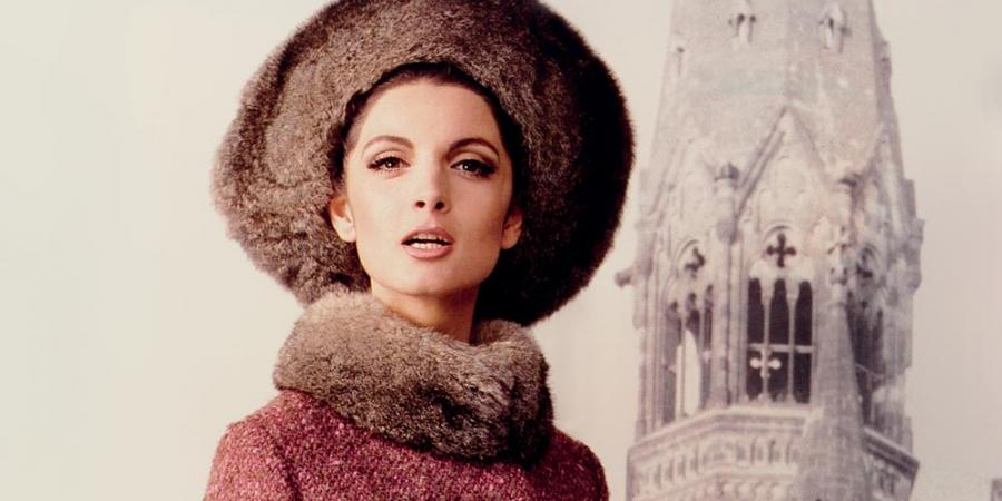 A photo of the Italian model Mirella Pettini, dressed in a tweed coat with opossum trimming by Uli Richter and a hat by the Parisian milliner Madame Berthe, in the background the memorial church at Breitscheidsplatz