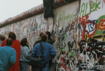 Those who can are climbing the Wall, 12 November 1989 © Stadtmuseum Berlin | photo: Raimund Franke