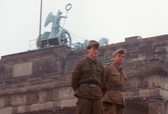 GDR border guards on the Wall in front of the Brandenburg Gate © Stadtmuseum Berlin | photo: Raimund Franke