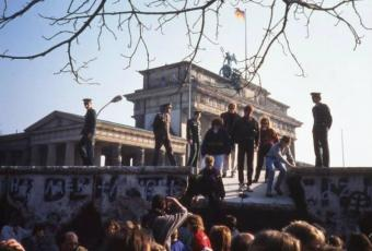 Supervised descent from the Wall in front of Brandenburg Gate, 1990