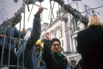 Crossing borders at the Reichstag, 1990