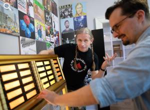 Photo of Berlin based rapper Romano with a jukebox in the exhibition