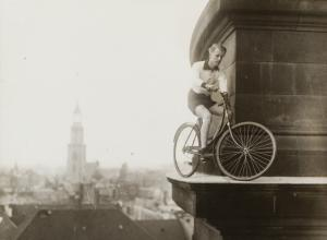 Unknown photographer, Berlin Cathedral with daredevil Kurt Kunau, 1927 © Stadtmuseum Berlin