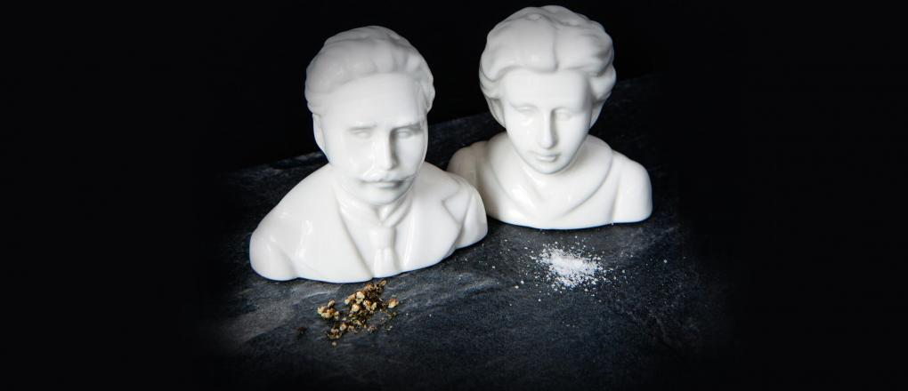Photo of salt and pepper shakers designed as busts of Karl Liebknecht and Rosa Luxemburg
